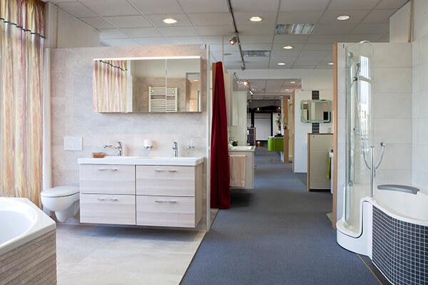 In der Bäderausstellung in Erkner (Brandenburg), den Showroom für Badezimmer besuchen.